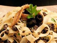 Рецепта Талятели с аншоа, магданоз, чесън и черни маслини